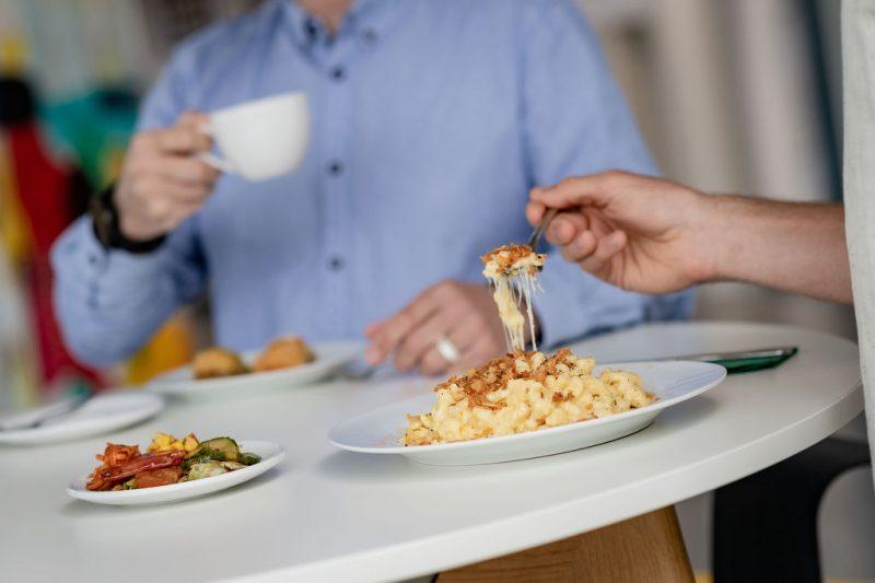 Gesundes und ausgewogenes Mittagessen in der INNONAV Küche